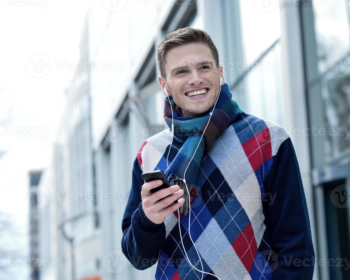 kille njuter av musik på gatan foto