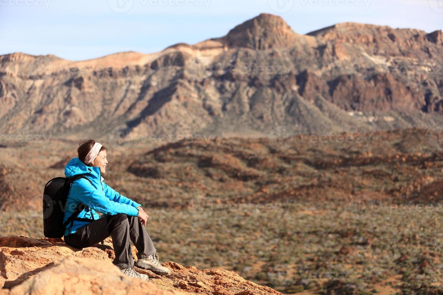 vandring - kvinna vandrare njuter av utsikten foto