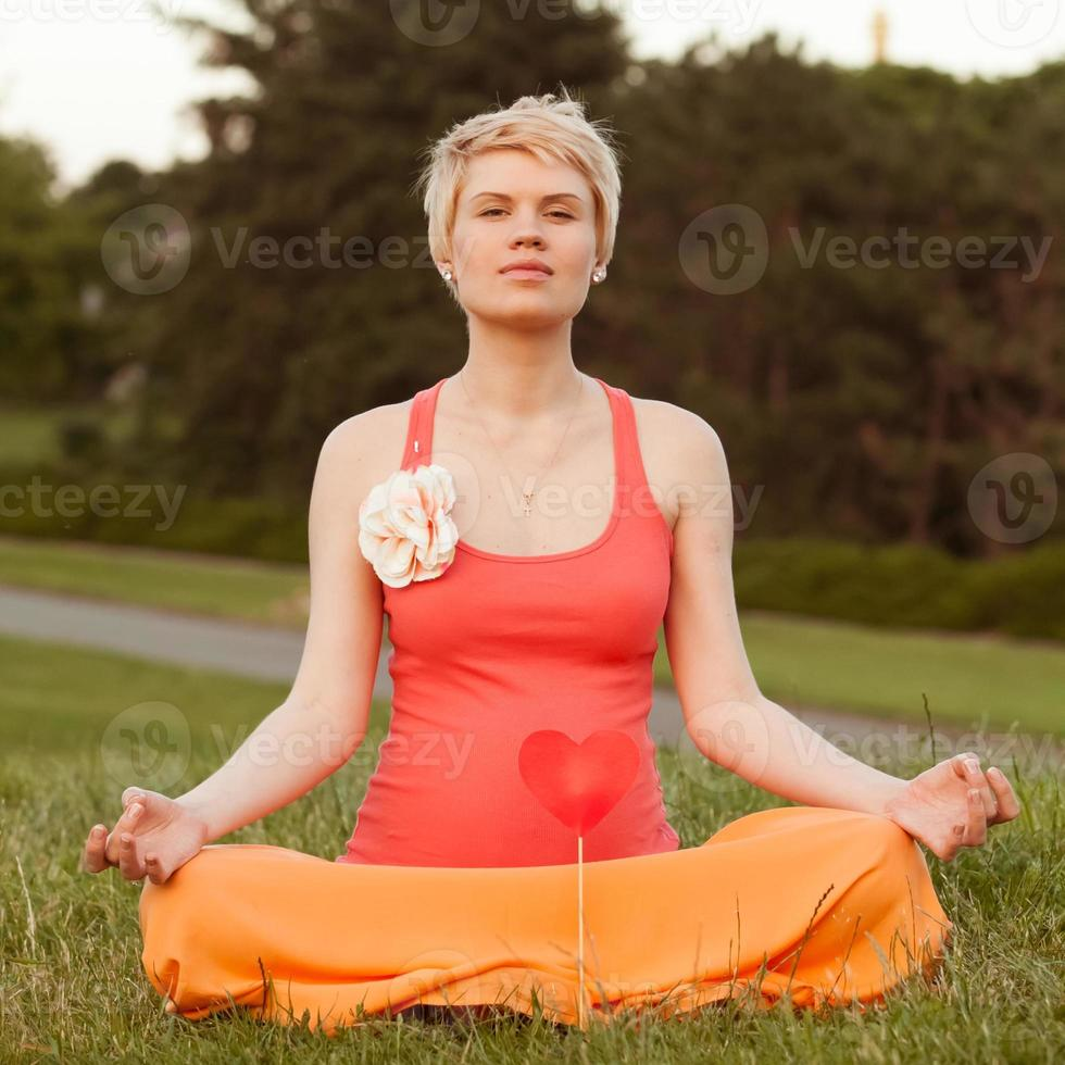 gravid kvinna som tycker om sommarparken foto