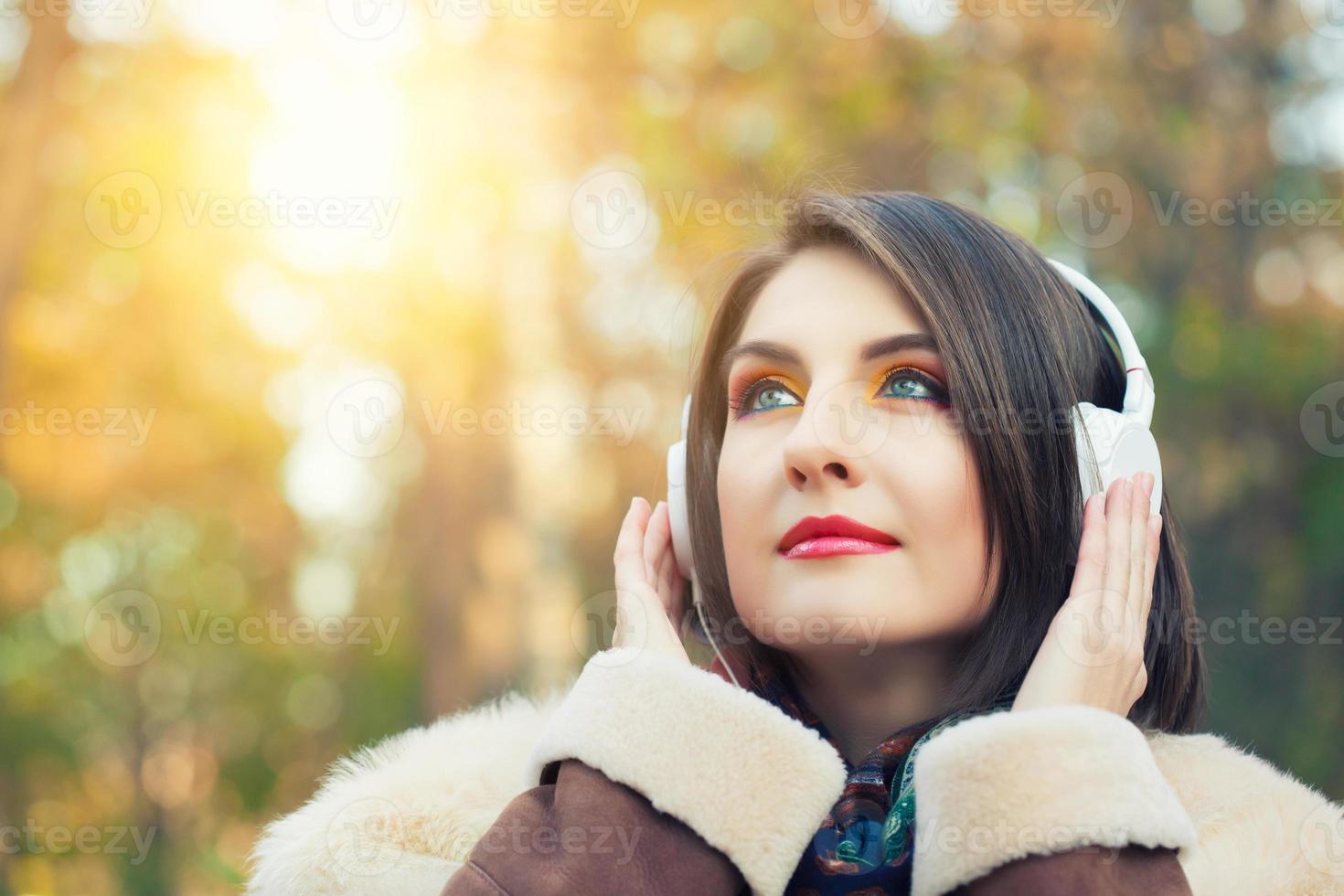 ung kvinna njuter av en musik foto