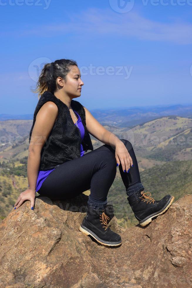 ung kvinna vandrare njuter av utsikten foto