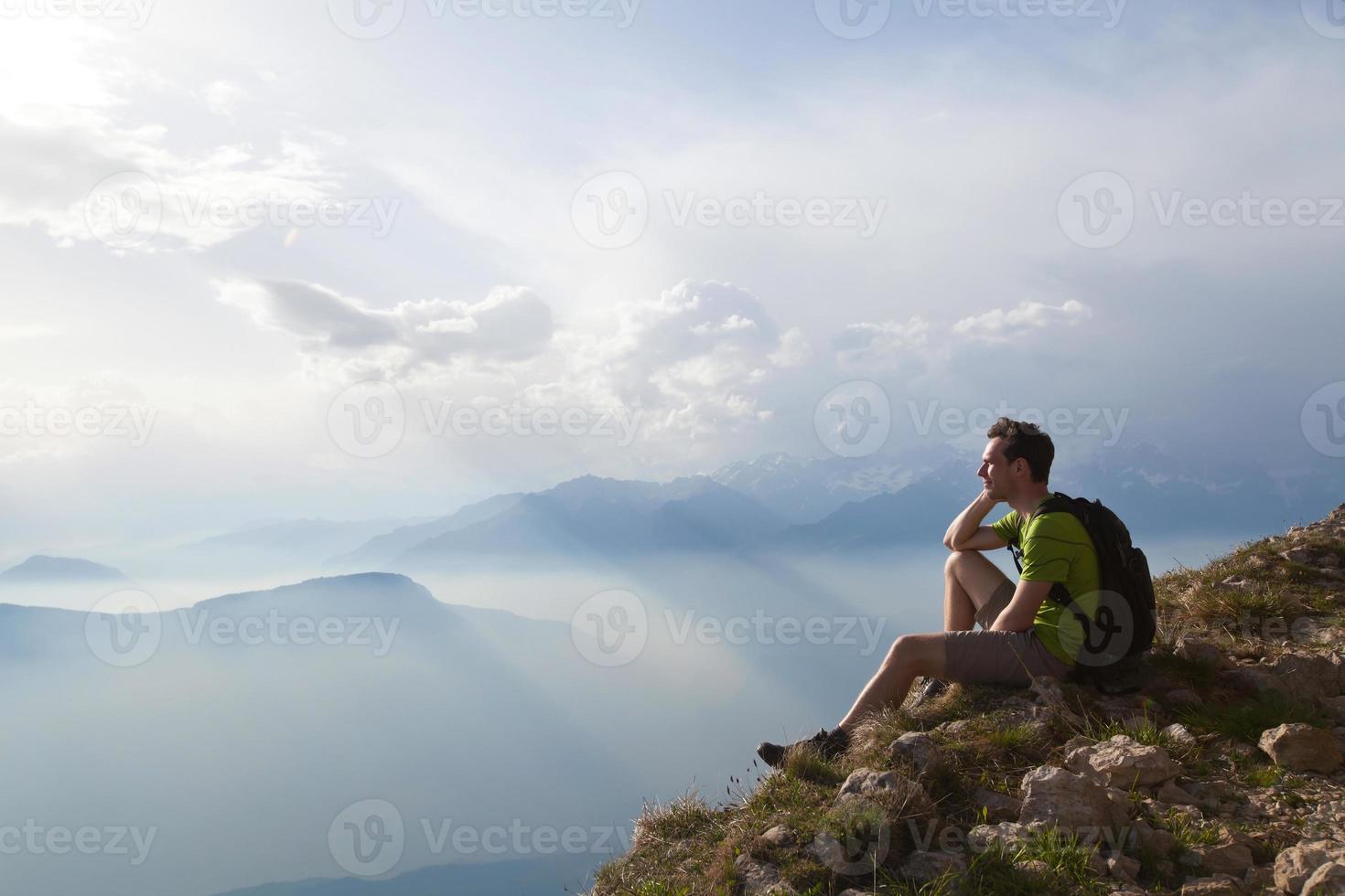 vandrare resenär njuter av panoramautsikt över bergen foto