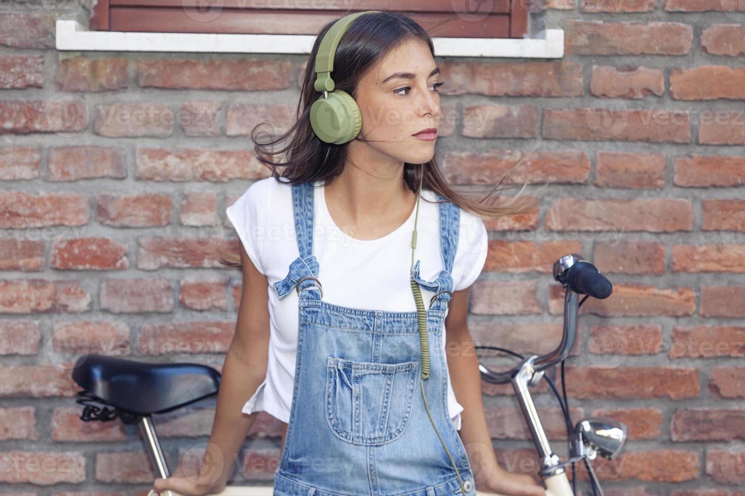 ung vacker kvinna tycker om musik med hörlurar foto