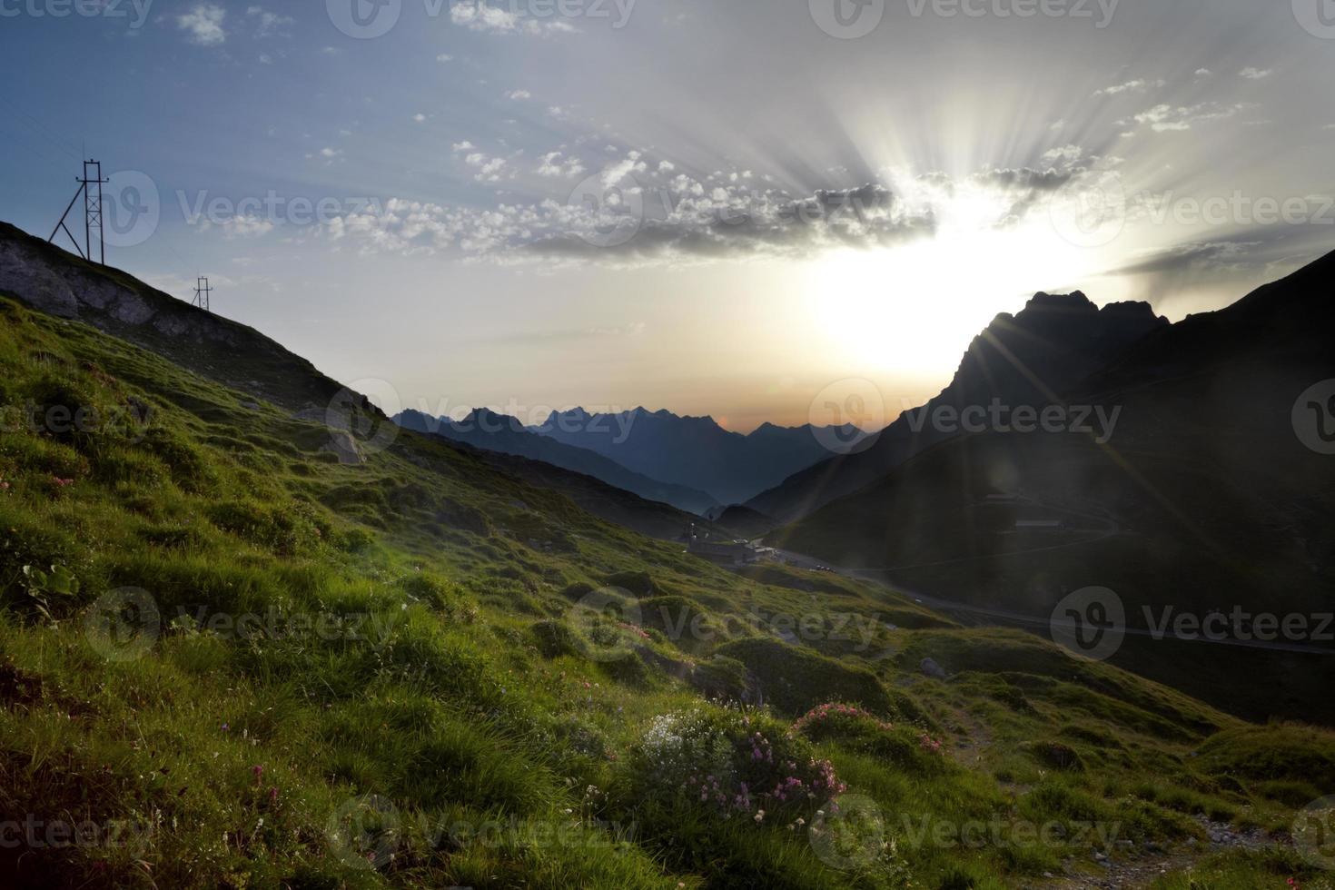 solbrast över alperna foto
