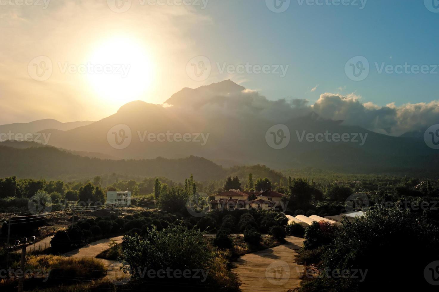 solnedgång över berget tahtali i Turkiet foto