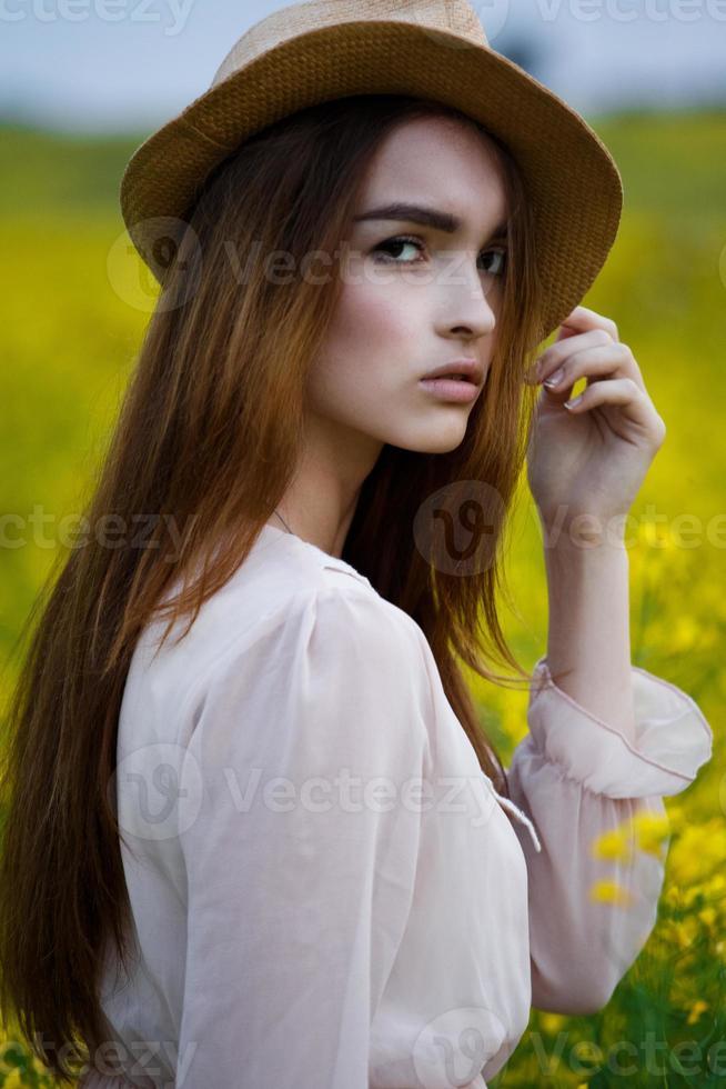 vacker kvinna i fältet foto
