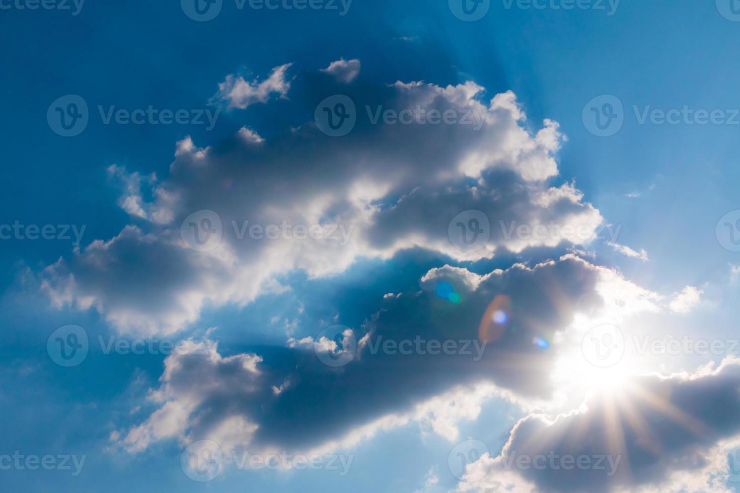 moln på blå himmel med sol foto