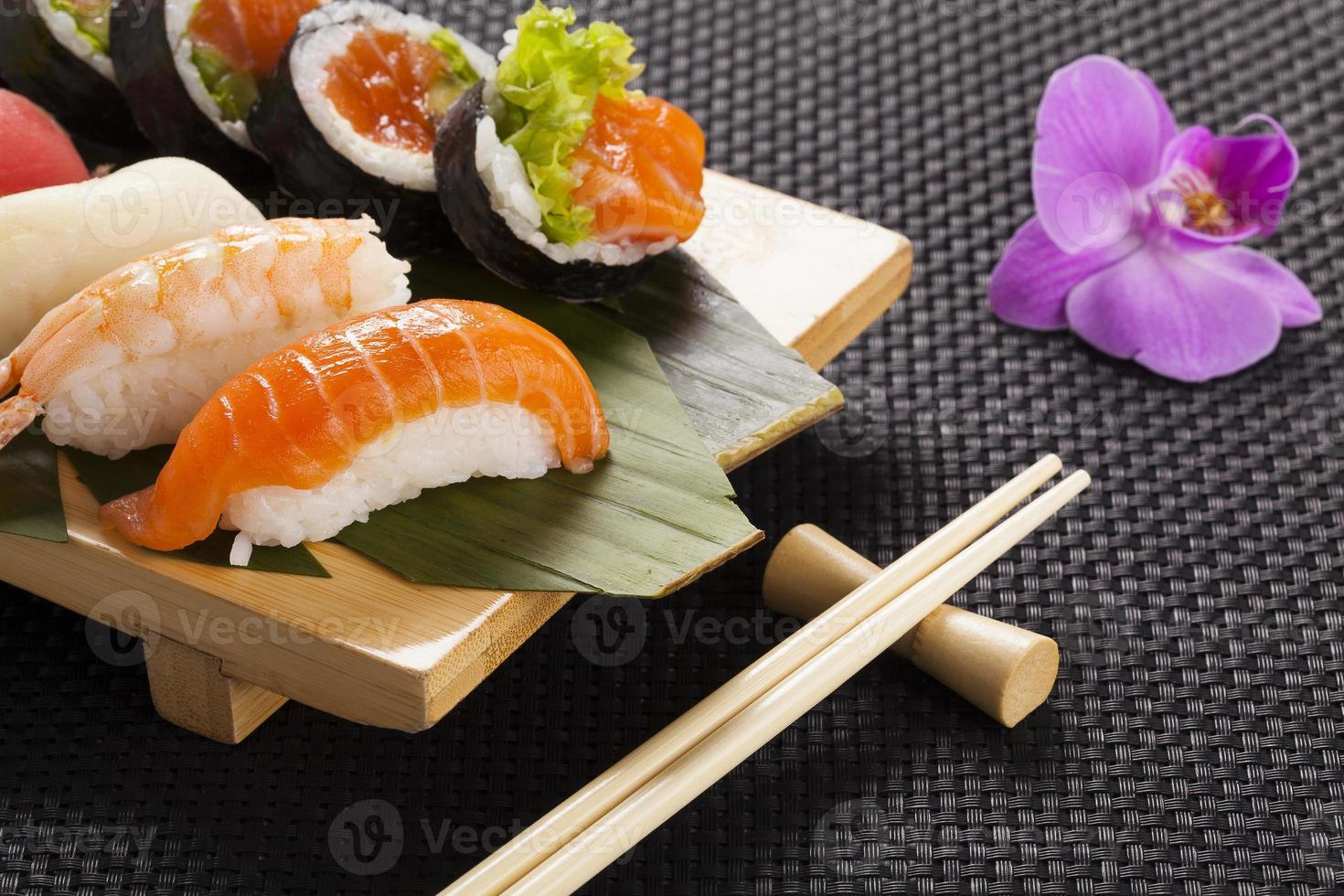 sammansättningen av nigiri sushi foto