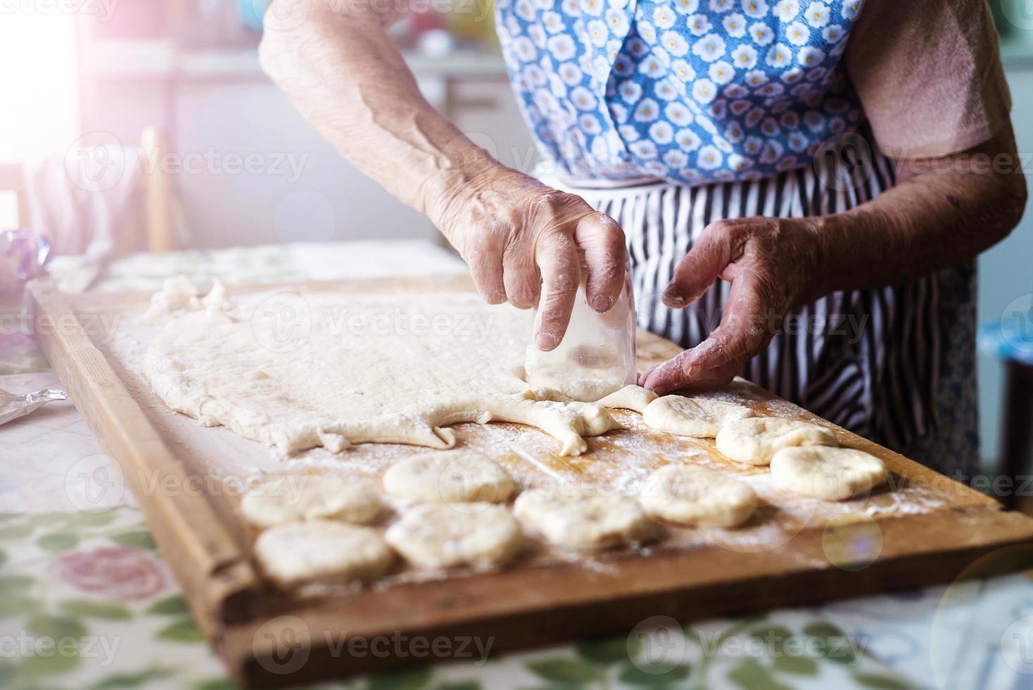 äldre kvinna bakning foto