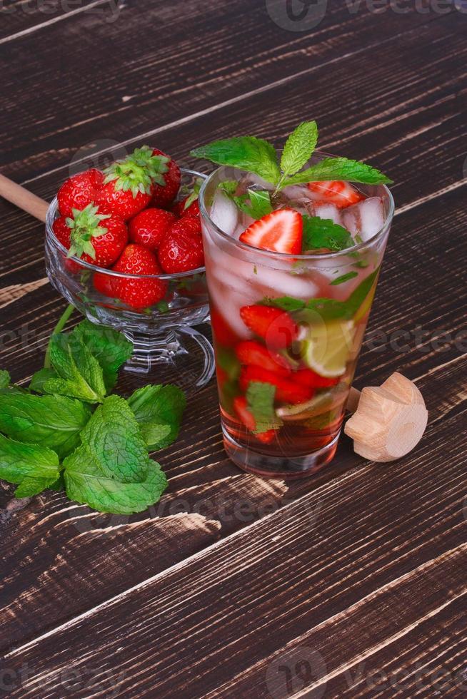 jordgubbe mojito cocktail över trä bakgrund foto