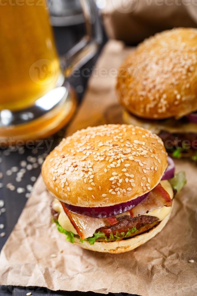 läcker hamburgare på träplatta foto