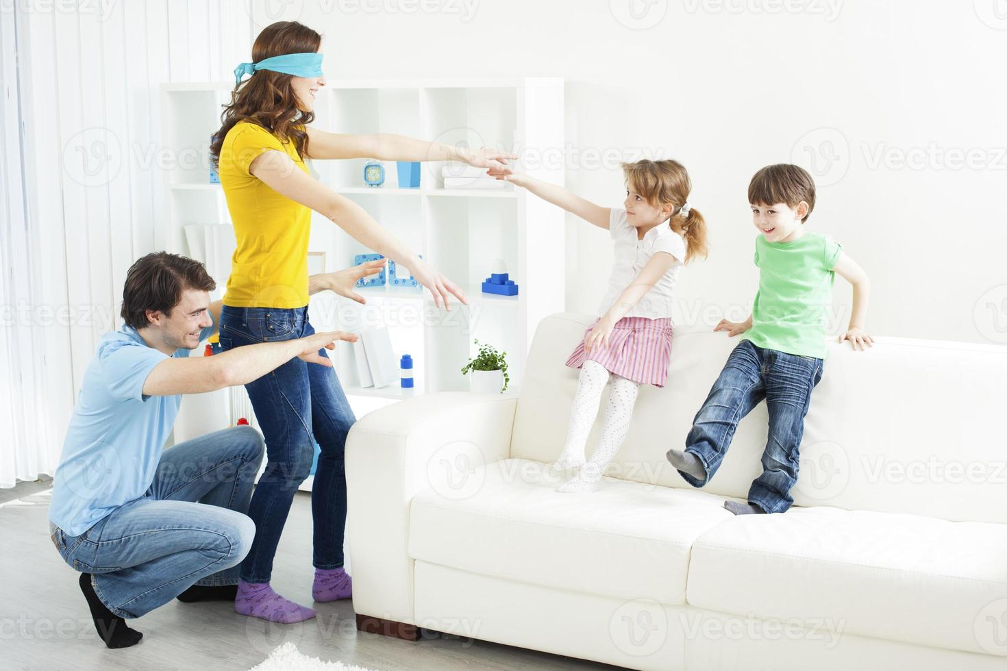 familj som spelar gömställe. foto