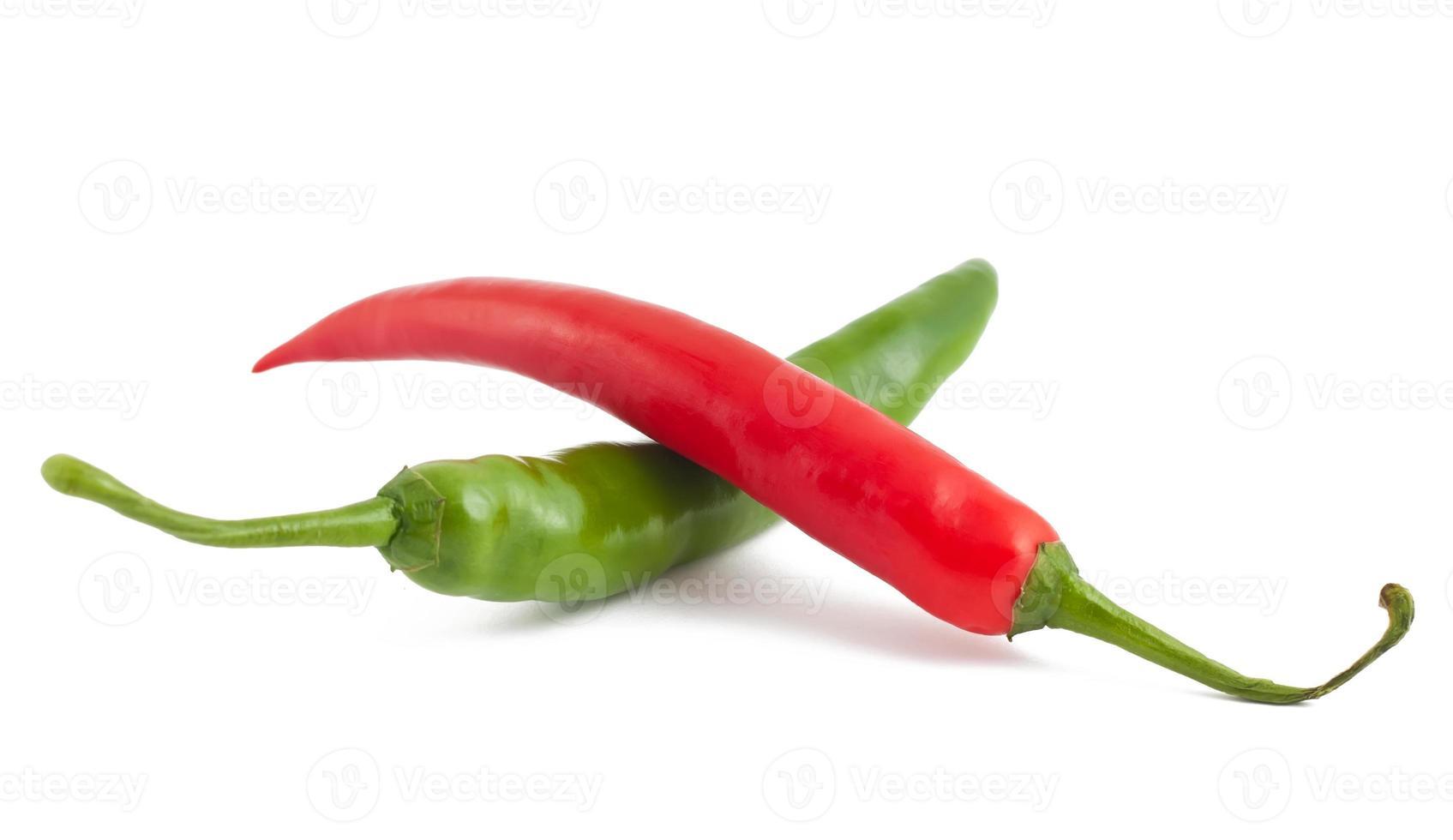 röda och gröna chilipeppar på vitt foto