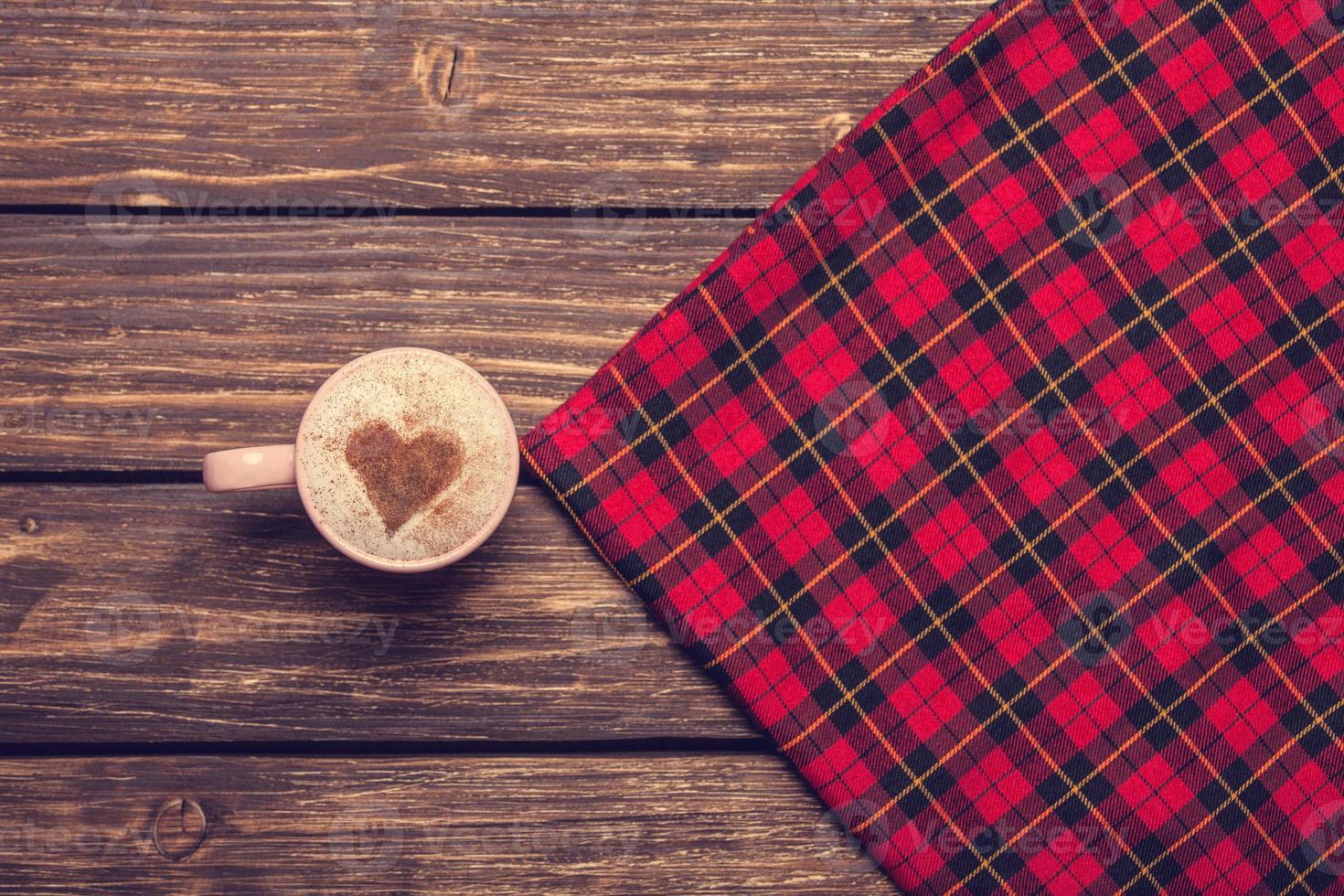 kopp kaffe på ett träbord. foto
