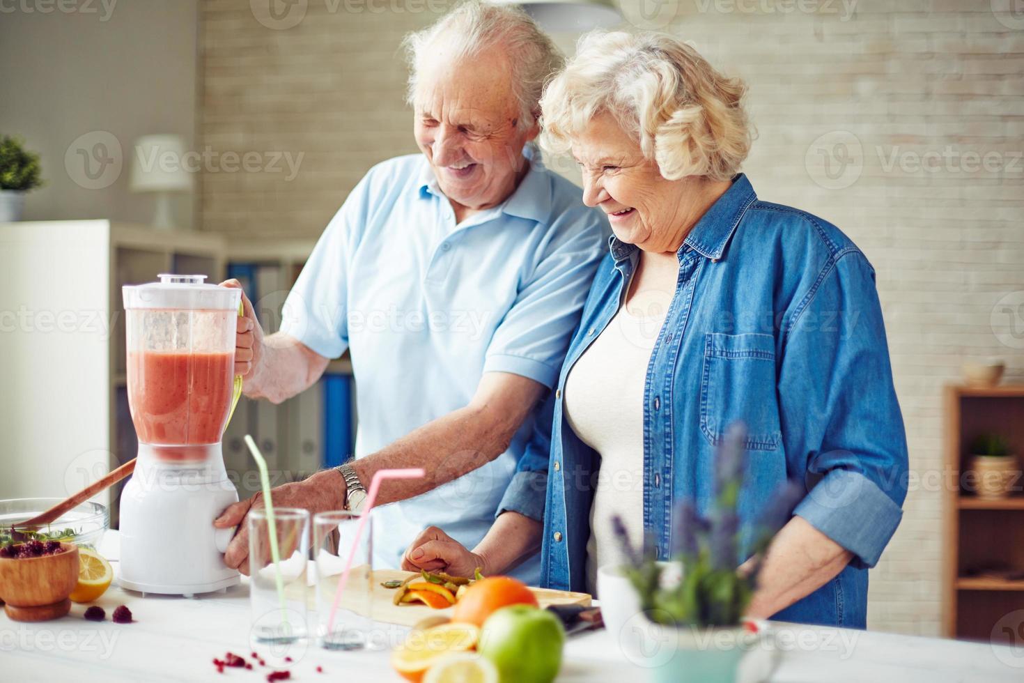 äldre i köket foto