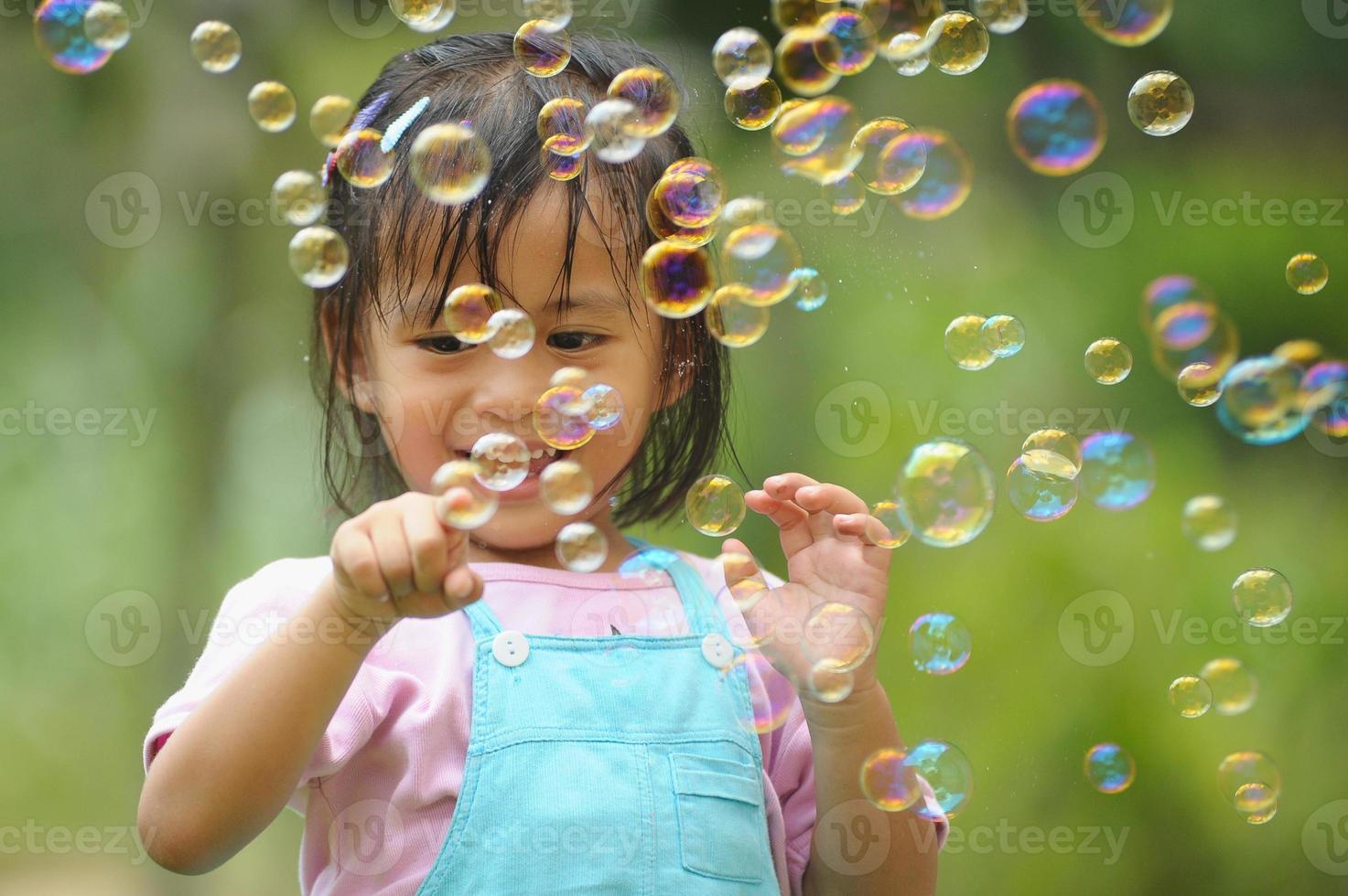 liten asiatisk tjej i lyckligt ansikte foto
