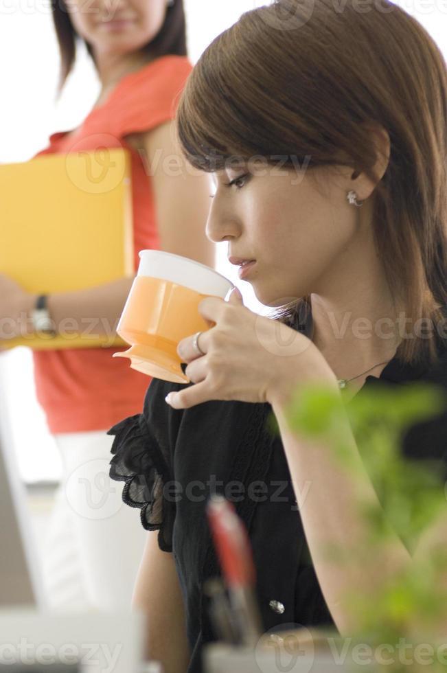 japansk ung kvinna med kopp foto