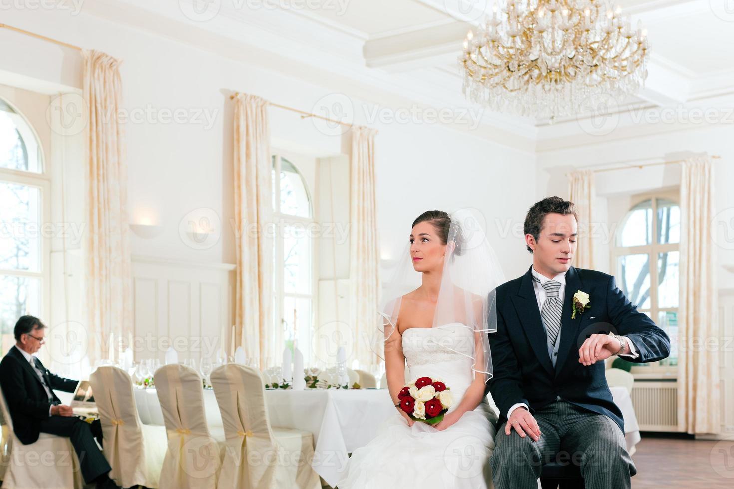 brudpar som väntar på ceremoni foto