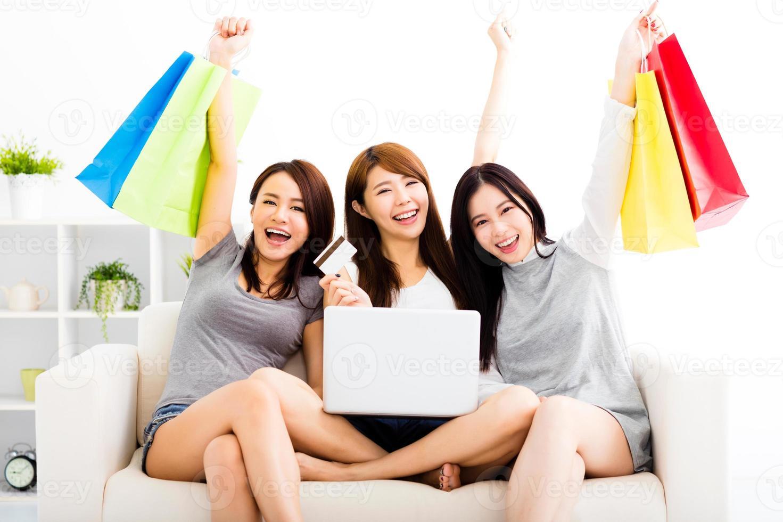 unga kvinnor tittar på bärbar dator med online shopping koncept foto
