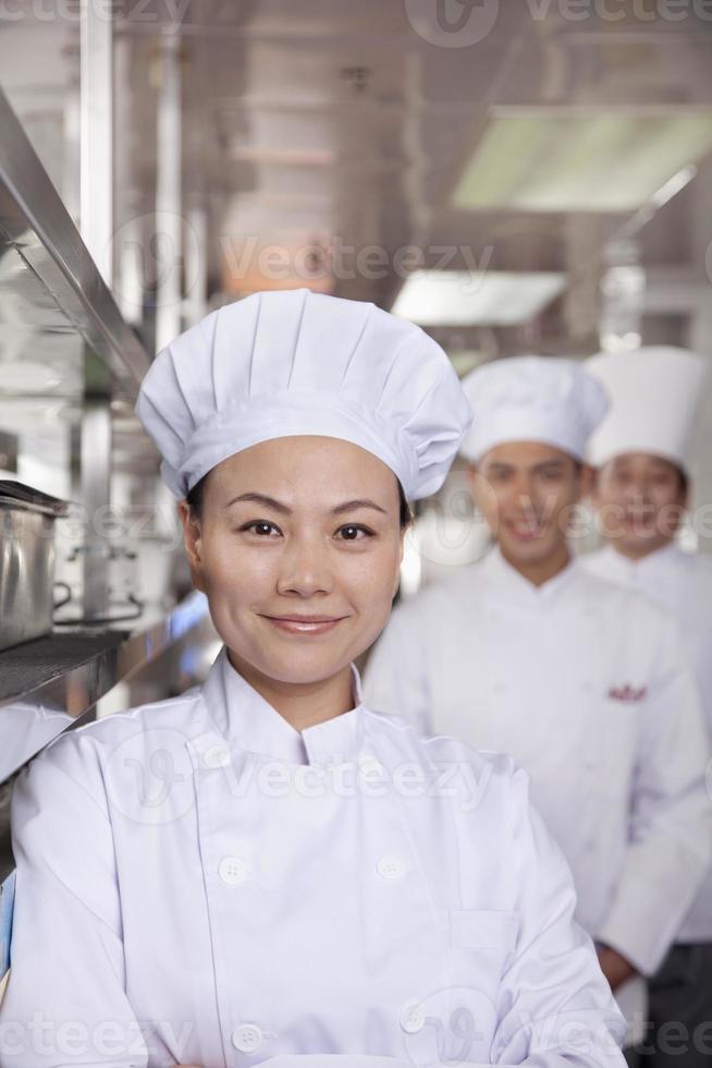 porträtt av en kock i ett industriellt kök foto