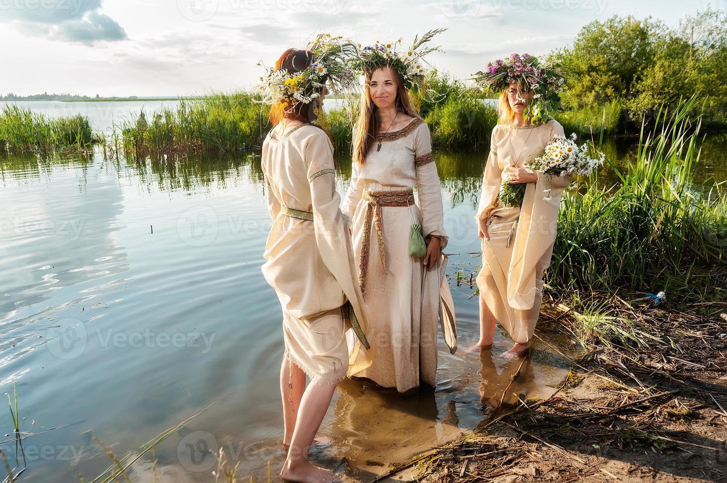 vackra kvinnor med blomma krans foto