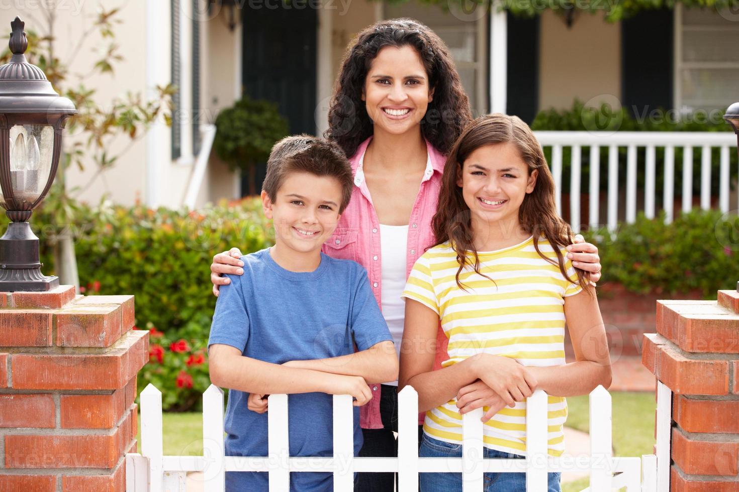mamma och barn utanför hemmet foto