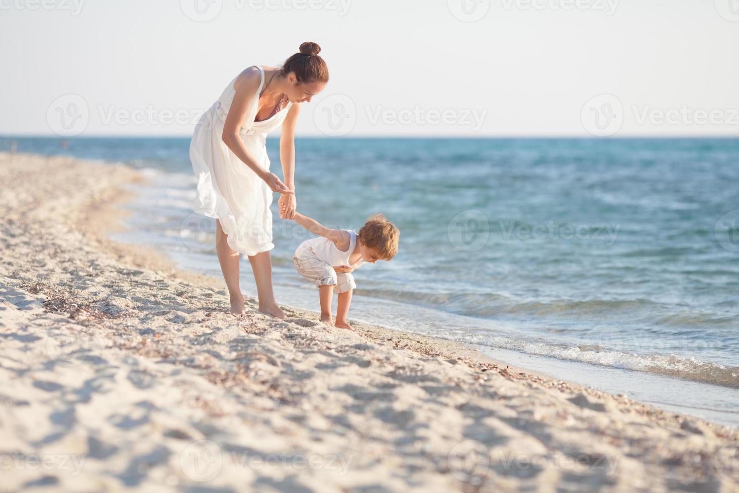 mamma och son på stranden foto