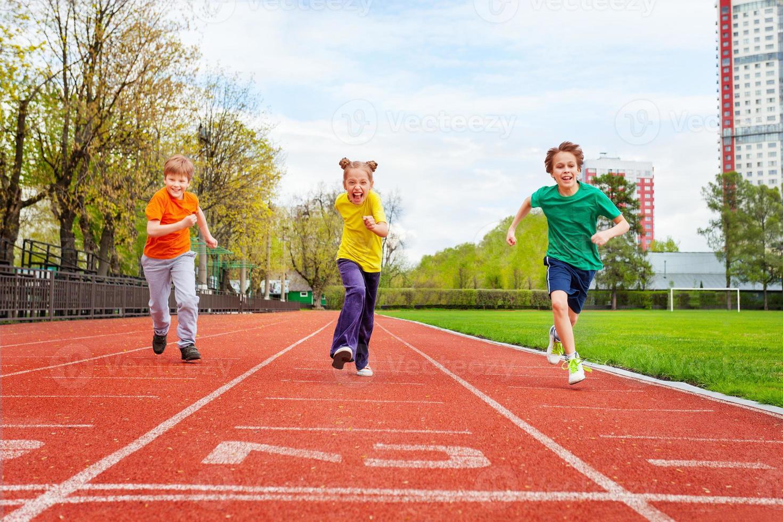 barn som kör maraton på mållinjen foto