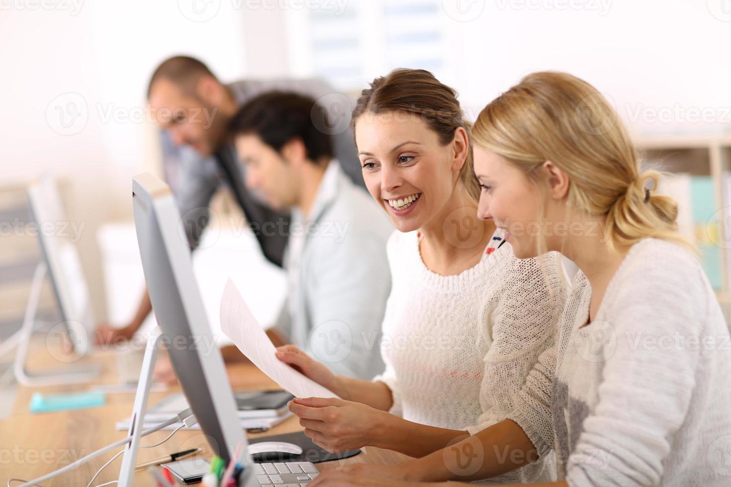 elever i datorkurs foto