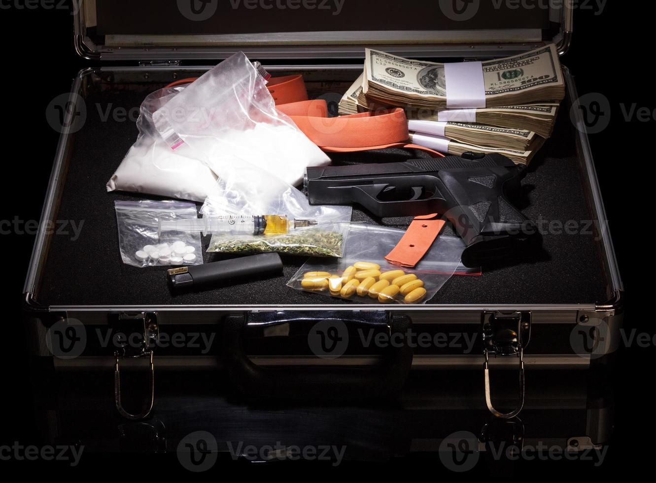 fall med pengar, pistol och droger foto