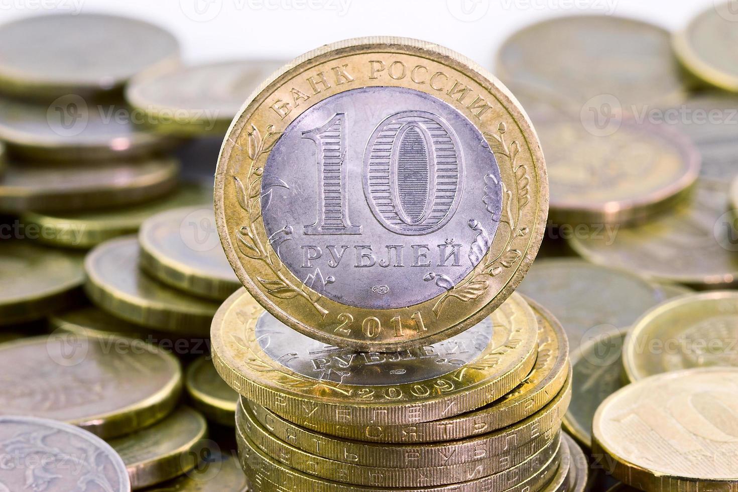 tio ryska rubel på pengarbakgrund foto