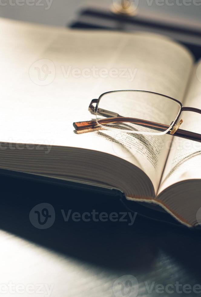 bild en hög med böcker och glasögon, med retro effekt foto