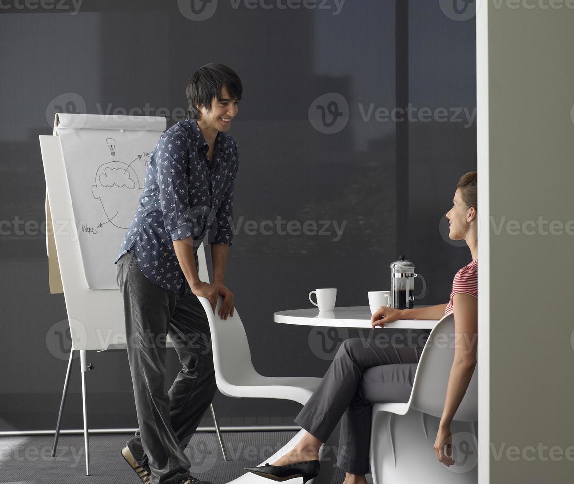 affärsman ger presentation på blädderblock foto