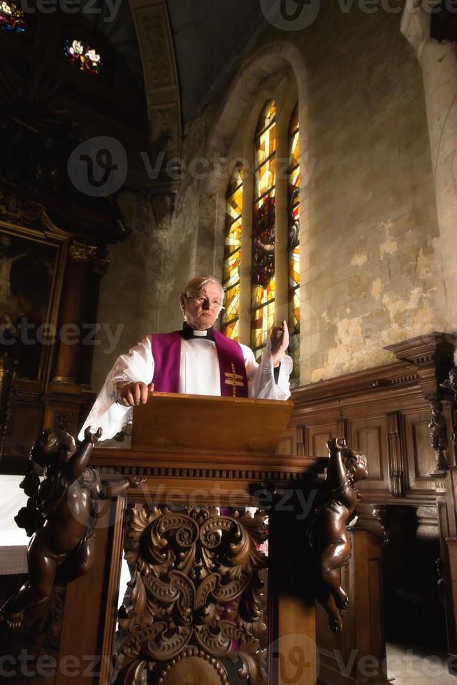 predikar på en predikstol foto