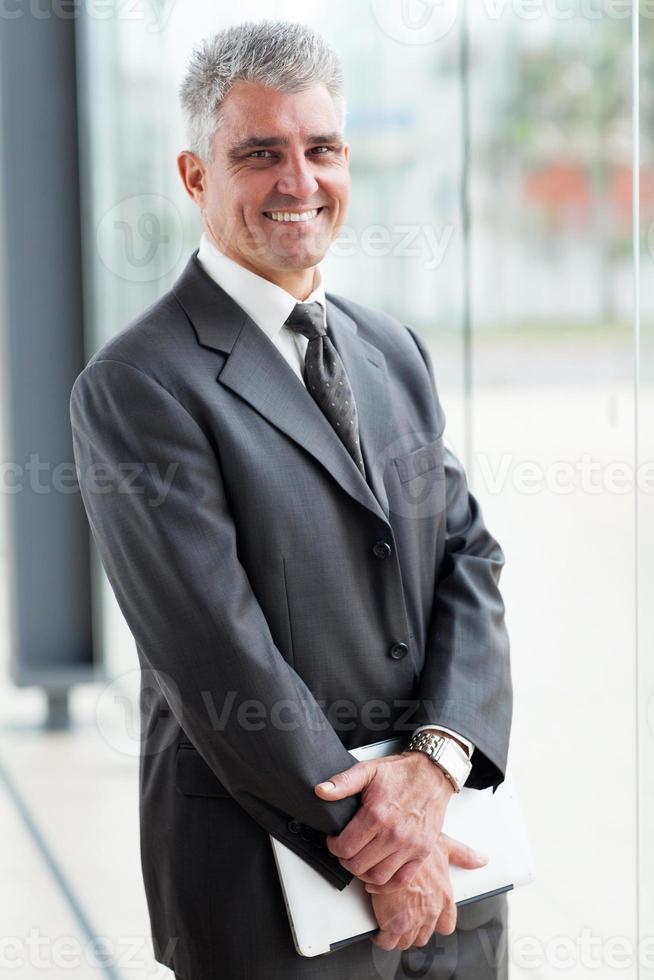 mogen affärsman på moderna kontor foto