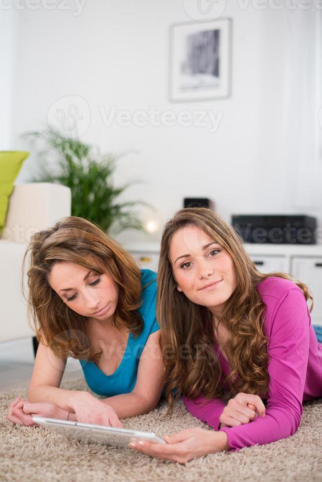 porträtt av två vackra flickor foto
