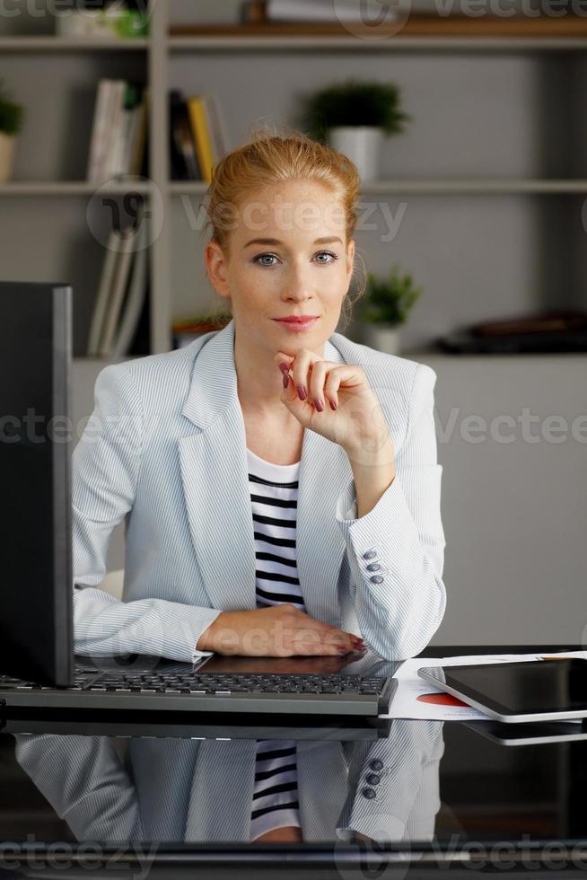 ung affärskvinnastående foto
