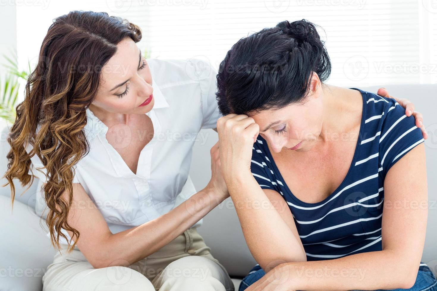 terapeut som tröstar sin patient foto