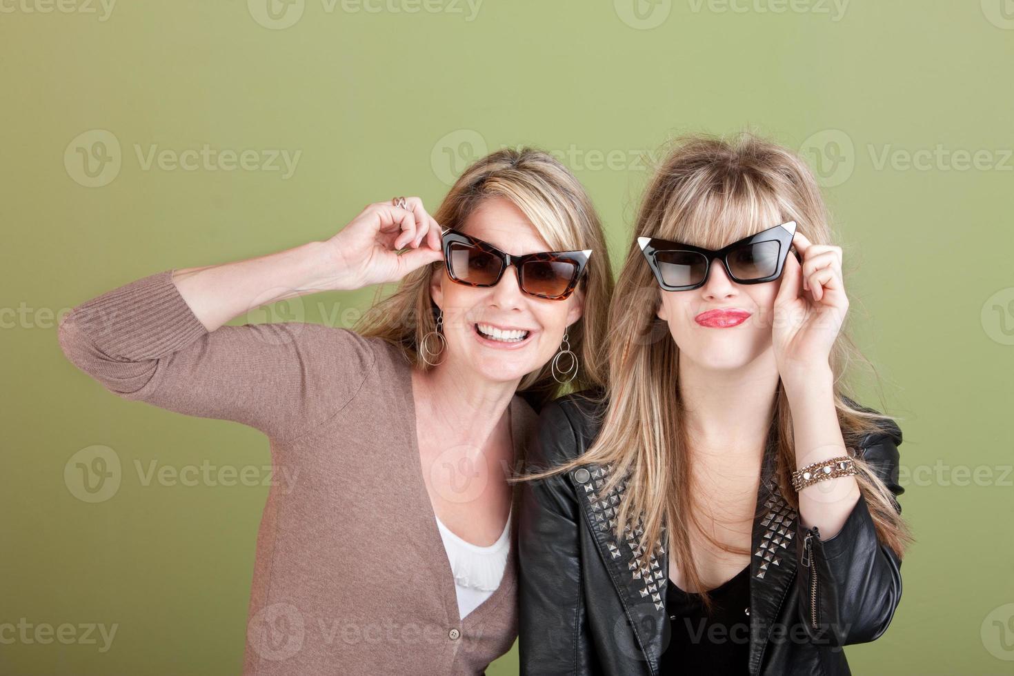 mamma och dotter i solglasögon foto