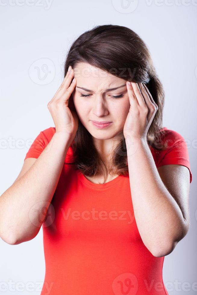 kvinna med huvudvärk foto