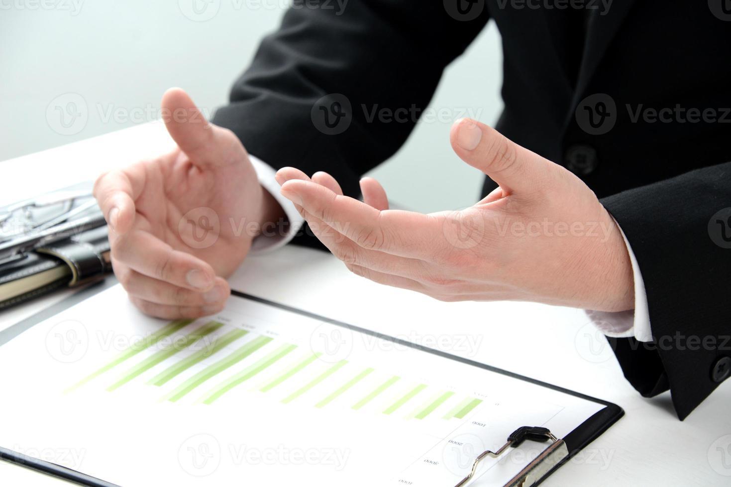 affärsman som förklarar på kontoret foto