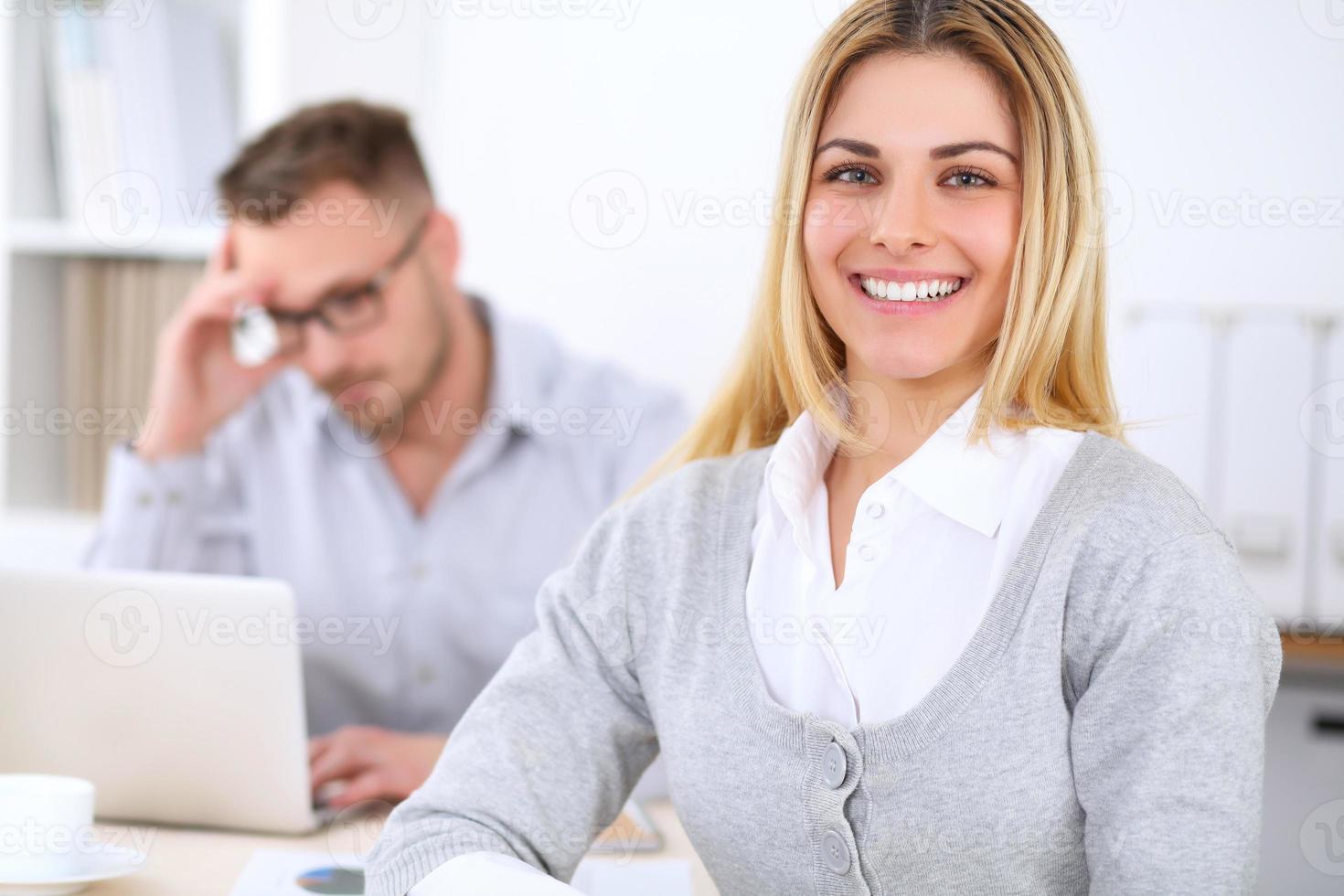 framgångsrika företagare som arbetar på kontoret. foto