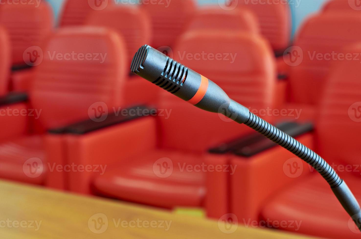 mikrofon i rött konferensrum foto