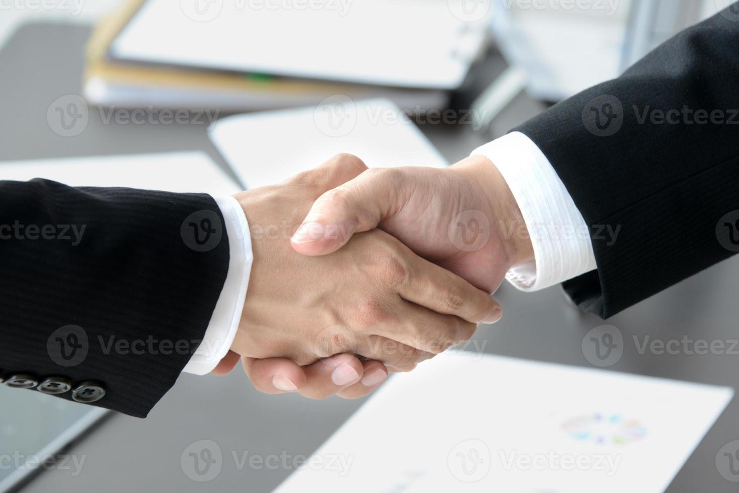 affärsbild, skakar hand i slutförandet av ett kontrakt foto