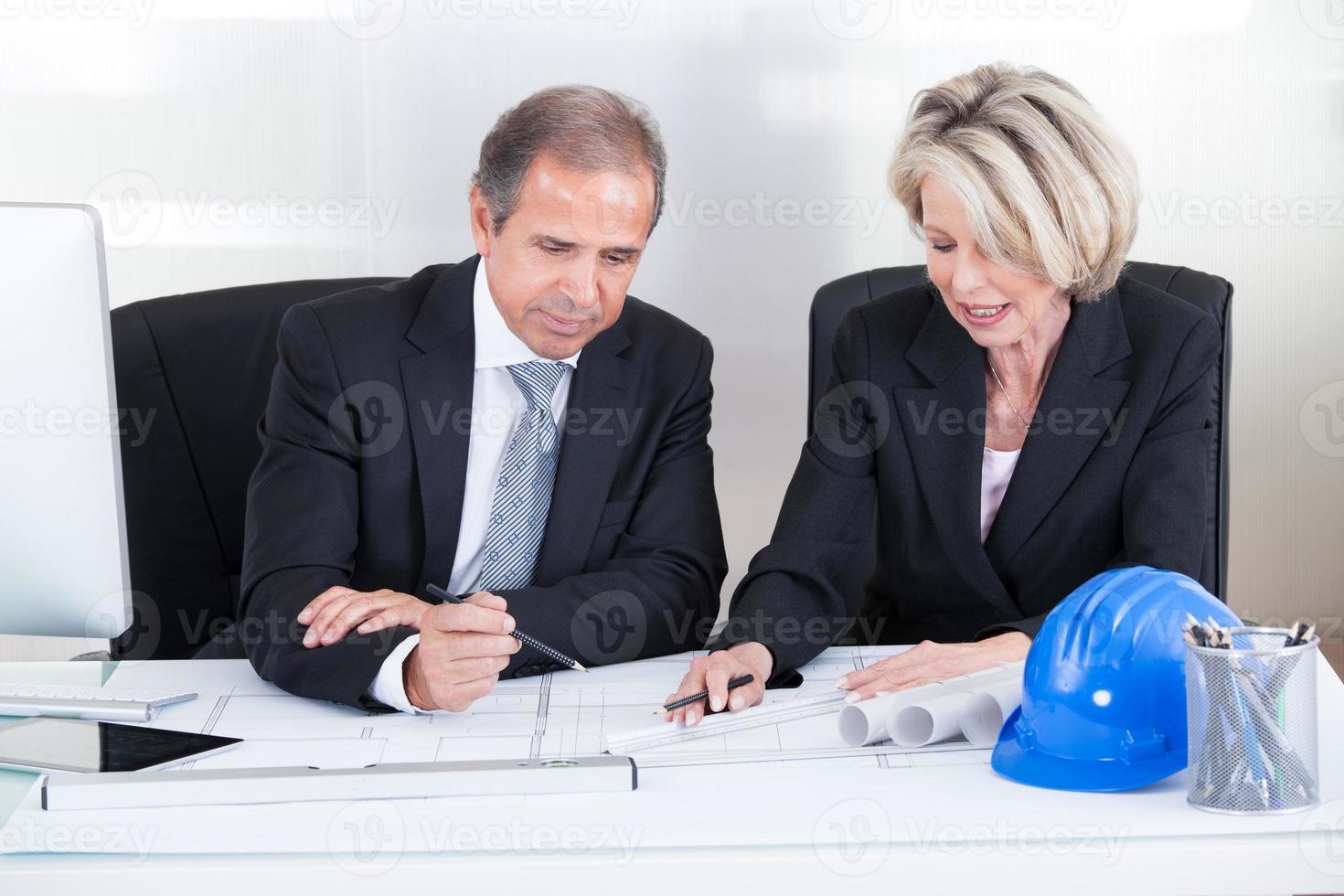 två arkitekter tittar på planer foto