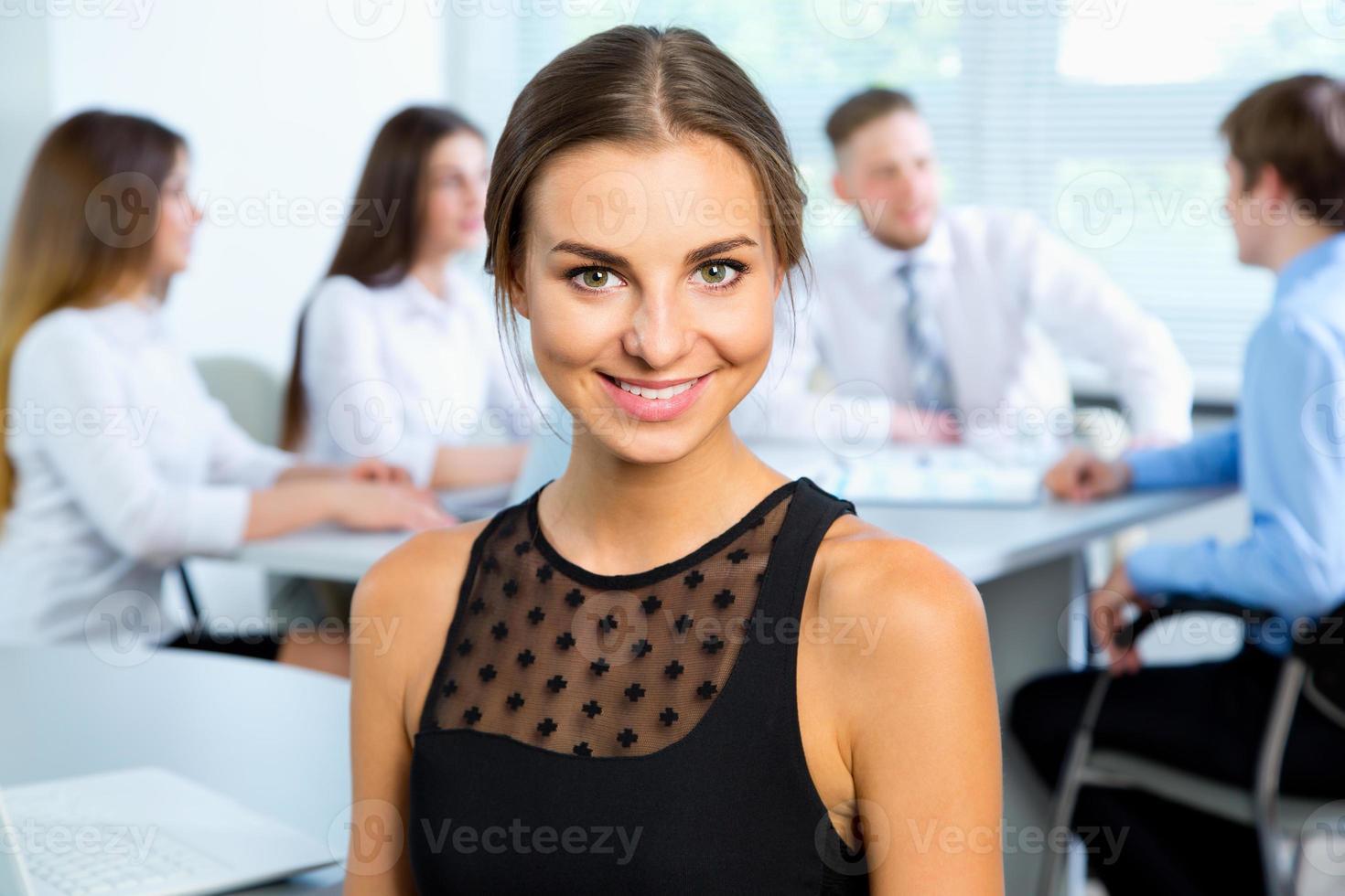 affärsmän med affärskvinnaledare foto