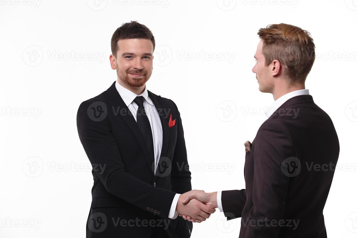 två affärsmän skakar hand foto