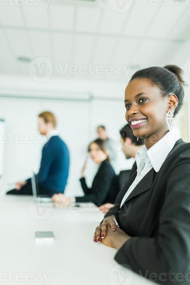 unga affärsmän som sitter vid ett konferensbord och lära sig foto