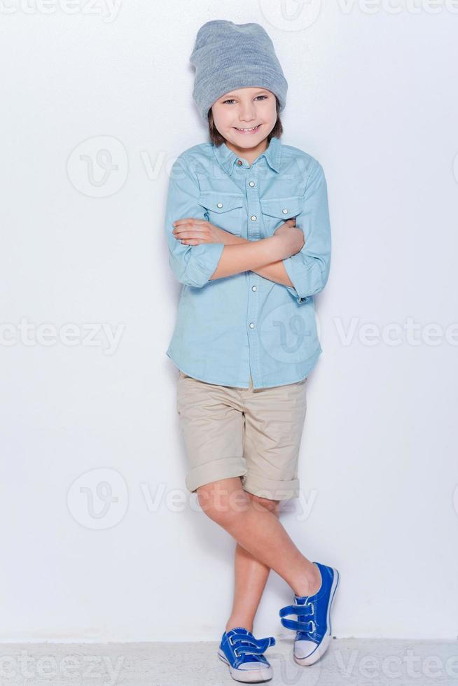 trendig liten pojke. foto