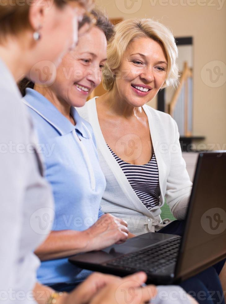 äldre damer med laptop foto